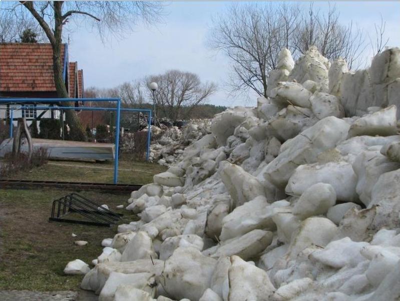Ledų sangrūdos Neringoje pasiekė šaligatvius, gyventojų kiemus.