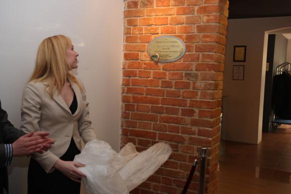 Viešbutyje filantropo  J.L.Vynerio garbei įrengta garbės lenta.