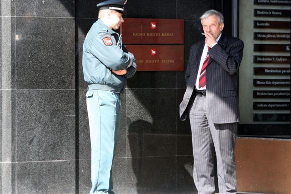 Vienas iš dviejų reguliariai rūkančių tarybos narių B.Kučinskas (dešinėje) draudimui rūkyti Laisvės alėjoje pritartų.