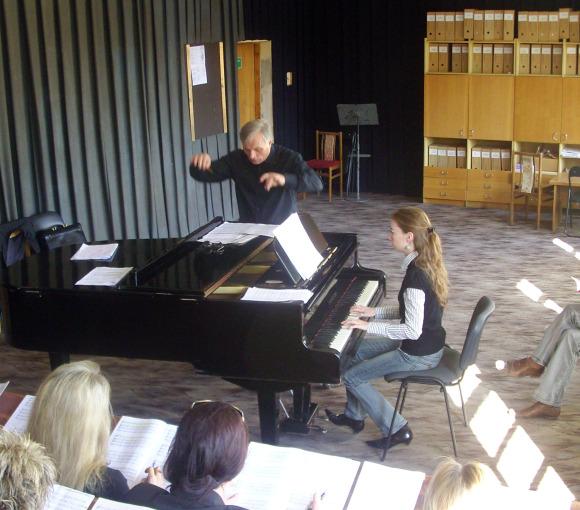 Muzikiniame teatre kartu su choristais repetuoja maestro Petras Bingelis.