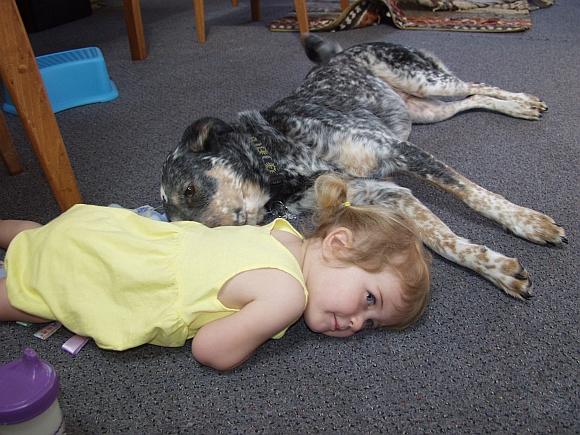 Mergaitė ir šuo