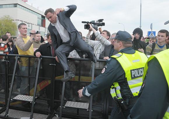 Seimo narys Petras Gražulis šoka per tvorą.