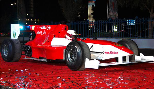 """Abu Dabio policija apsiginklavo """"Formulės-1"""" bolidu"""