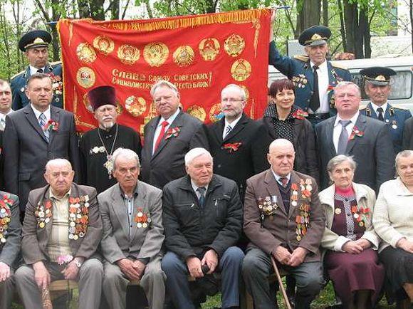 V.R.Gritėnas (trečias iš kairės) užsitraukė nemalonę nusifotografavęs prie Sovietų Sąjungą šlovinančios vėliavos.
