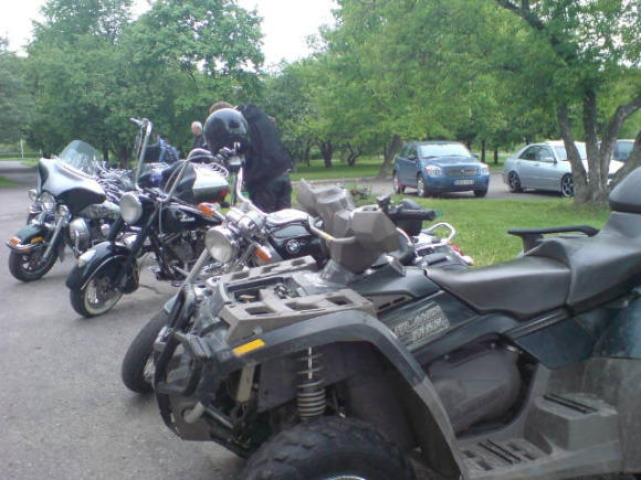 J.Andriejauskaitės nuotr./Prie globos namų baikeriai iarikiavo savo motociklus ir keturračius.
