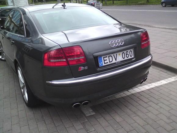 Sauliaus Chadasevičiaus/15min.lt nuotr./Audi S8 su keistai užmaskuotu valstybiniu numeriu.