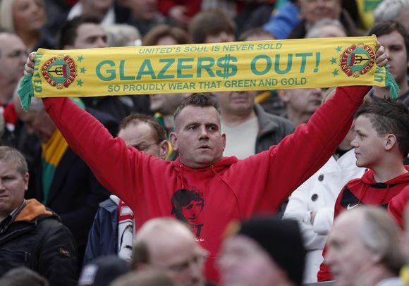 """""""Manchester United"""" futbolo klubo gerbėjai neslepia priešinškumo komandą valdančiai Glazerių šeimai"""