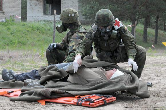 Karo medikai evakuoja tariamai nukentėjusį gyventoją
