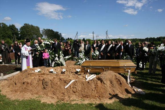 Eriko Ovčarenko/15min.lt nuotr./Pirmieji į laidojimo namus trečiadienį atvyko artimiausi žmonės