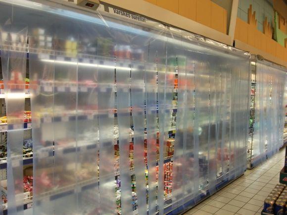 Ant šaldytuvų vitrinų uždėtos apsauginės užuolaidos neleidžia prasiskverbti šiltesniam prekybos salės orui
