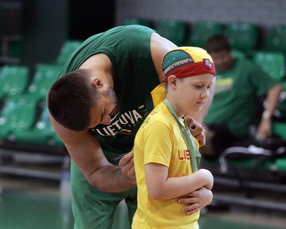 Linas Kleiza noriai bendrauja su jaunaisiais krepšinio gerbėjais