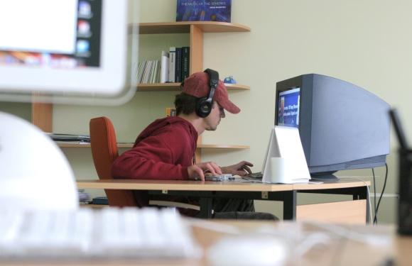 Vaikinas prie kompiuterio