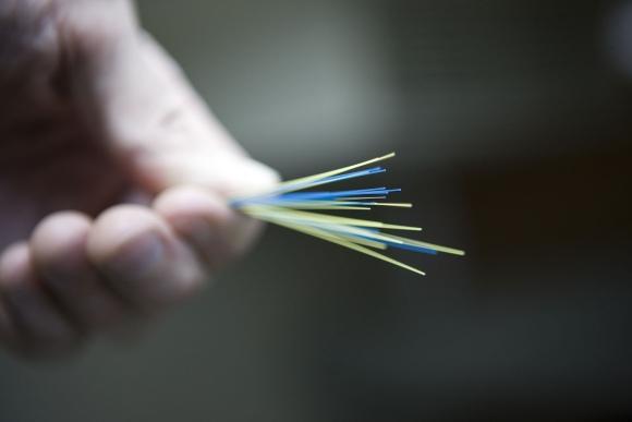 Šviesolaidinio interneto kabelio gijos.