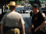 "AFP/""Scanpix"" nuotr./""Discovery"" būstinę apsupo policijos pareigūnai."