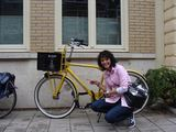 Asmeninio archyvo nuotr./Dirbdama dviračių fabrike Olandijoje, ant tokių dviračių Sandra klijuodavo lipdukus.