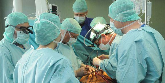 Medikai operacijos metu.