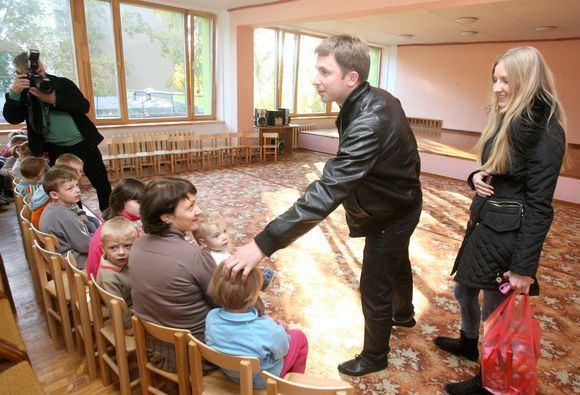 Irmanto Gelūno/15min.lt nuotr./Grupės SEL lyderis Egidijus Dragūnas bendravo su Vaikų globos namų auklėtiniais