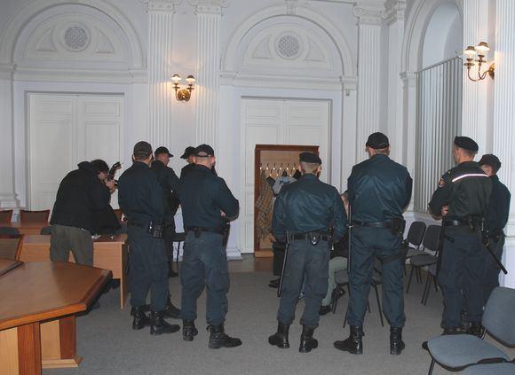 Sauliaus Chadasevičiaus/15min.lt nuotr./Kaltinamuosius į teismą atvežė įspūdingos konvojaus pareigūnų pajėgos.