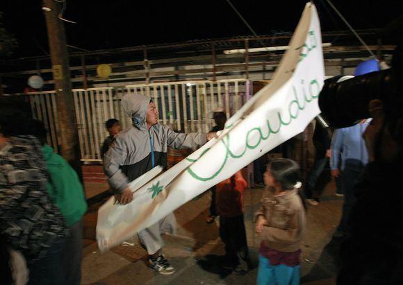 Reuters/Scanpix nuotr./Claudio Yanezo brolis nuplėaė sutikimo vakarėliui skirtus plakatus