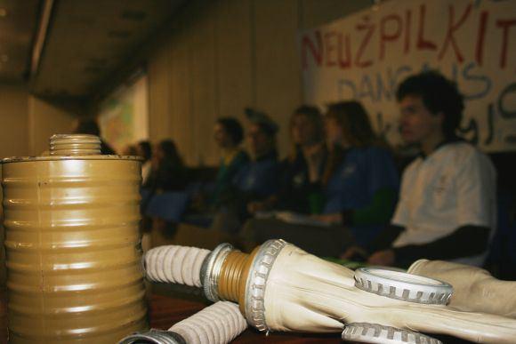 G.Kubiliūtės nuotr./Protestuojantis jaunimas į tarybos posėdį atsineaė dujokaukių.