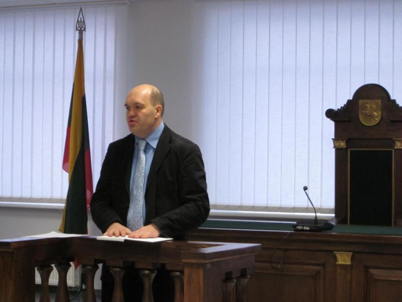 Vaikų ekskursijos metu apie Konstituciją svečiams pasakojo teisėjas Vidas Stankevičius.