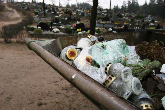 Šiuo metu Kauno kapinėse visos šiukšlės verčiamos į bendrus konteinerius.