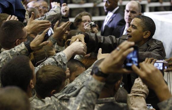 Reuters/Scanpix nuotr./Barackas Obama sveikinasi su Amerikos kariais Afganistane.