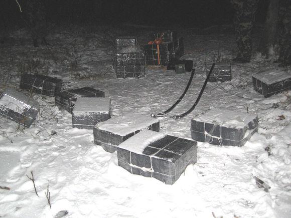 VSAT nuotr./Patruliai pamatė krūmingoje vietoje buvusius keturis vyrus, kurie ant rogių krovė dėžes.