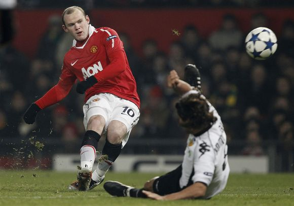 """""""Manchester United"""" (kairėje) futbolininkams nepavyko pasiekti Čempionų lygos rekordo."""