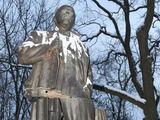 """""""Reuters""""/""""Scanpix"""" nuotr./Vladimiro Lenino paminklas skilo ir pakrypo, tačiau nenugriuvo."""