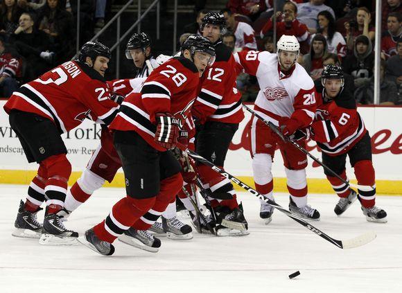 """""""Devils"""" (raudona apranga) NHL pirmenybėse žengia priešpaskutiniai."""