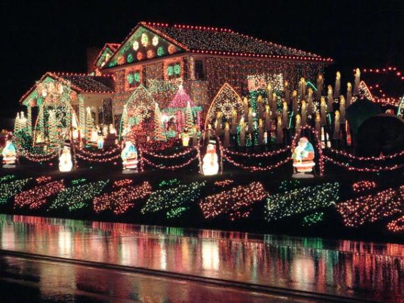Faucherių šeimos namas, papuoštas 1 mln. lempučių.
