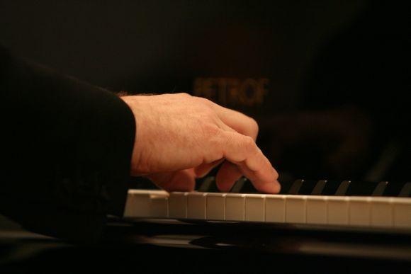 Pasinerti į R.Schumanno meilės dainų pasaulį Kauno menininkų namų svečiams padės vakarą vesianti kompozitorė Dalia Kairaitytė.
