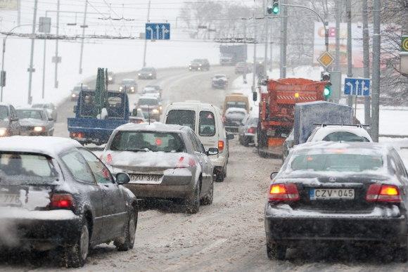 Vilniaus gatvės antradienį buvo sunkiai išvažiuojamos.