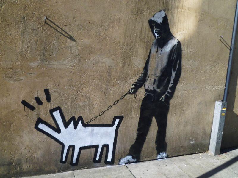 """Banksy darbas """"Išsirink savo ginklą"""" (angl. """"Choose your weapon"""")"""