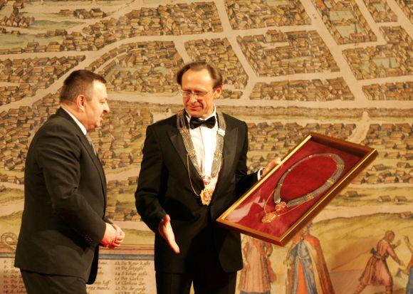 Naujasis Vilniaus meras Raimundas Alekna (dešinėje) baigusiam darbą Vilniaus merui Viliui Navickui įteikė Vilniaus mero grandinės kopiją.