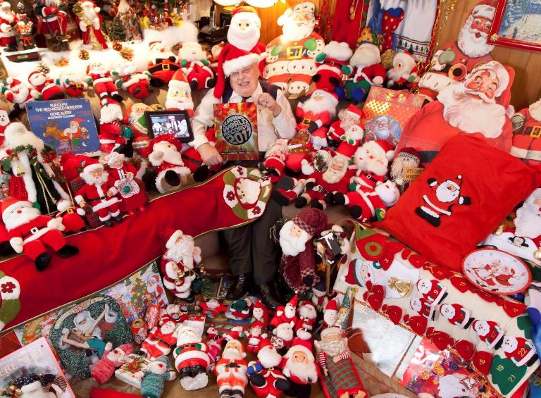 J.-G.Laquerre'as (centre), surinkęs daugiau nei 25 tūkst. daiktų su Kalėdų Senelio atvaizdu, tapo didžiausios tokio pobūdžio kolekcijos pasaulyje savininkas.