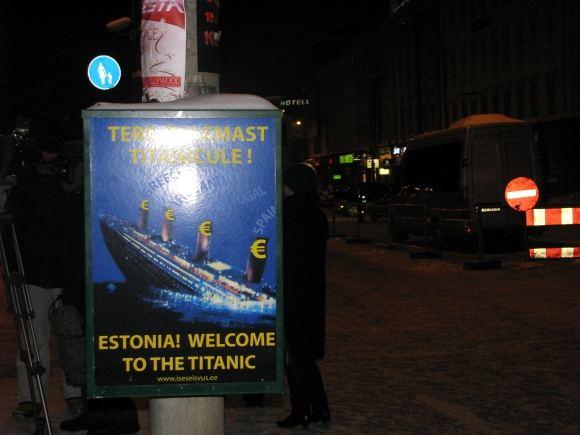 Lauros Gabrilavičiūtės/15min.lt nuotr./Tokių eurui prieaiakų plakatų gausu Talino gatvėse