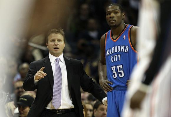 """Rezultatyviausias NBA lygos krepšininkas Kevinas Durantas (dešinėje) įstrigo """"Spurs"""" gynyboje."""