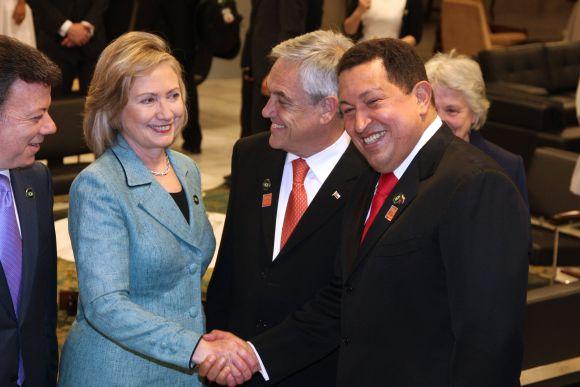 Hillary Clinton ir Hugo Chavezas Brazilijoje maloniai šypsojosi vienas kitam.