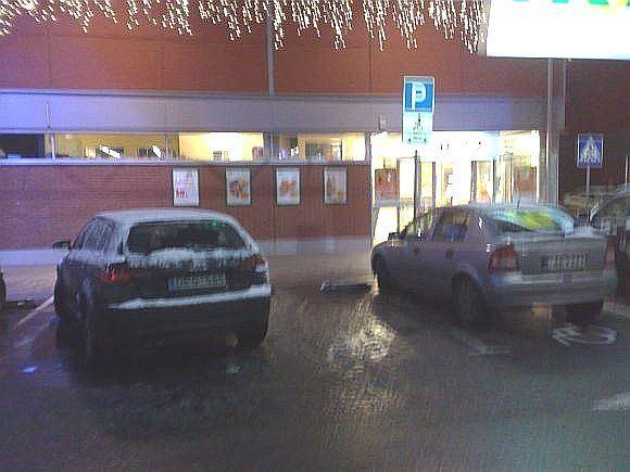 15min.lt skaitytojo Valdo nuotr./Automobilis prie prekybos centro užima beveik dvi neįgaliųjų vietas