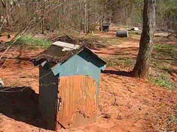 Čia, nedideliame žemės plotelyje, du Džordžijos valstijos gyventojai laikė dešimtis kovoms naudojamų šunų.