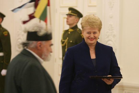 Juliaus Kalinsko/15 minučių nuotr./Lietuvos Respublikos Prezidentė apdovanoja Leoną Kerosierių