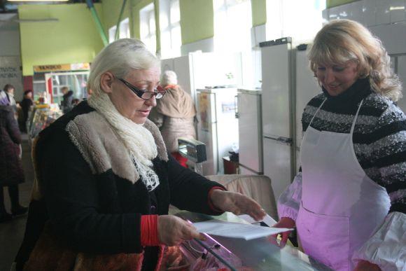Senojo turgaus direktorė R. Kubilienė (k.) teigė kasdien bendraujanti su prekeiviais ir pranešanti jiems apie būsimus pokyčius.