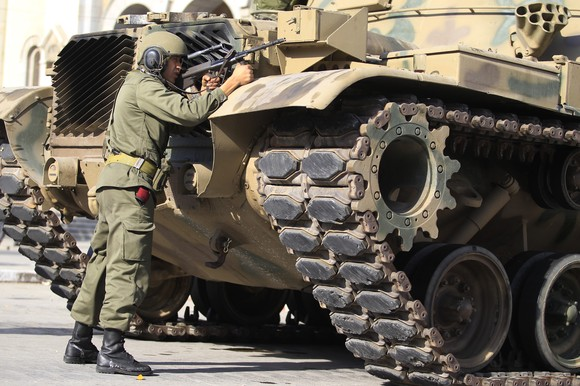 Karys šalia tanko stebi ar nėra snaiperių ant stogų