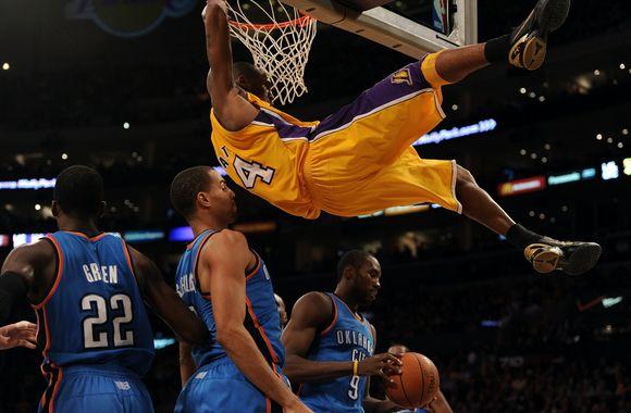 """Kobe Bryantas ir """"Lakers"""" pranoko """"Thunder""""."""