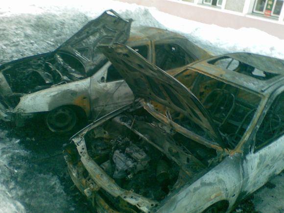 Skaitytojos nuotr. /Sudegę automobiliai Juodkrantėje.