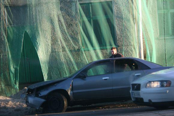 Aštuoniolikamečio vairuojama mašina gerokai nukentėjo. Laimei niekas nenukentėjo.
