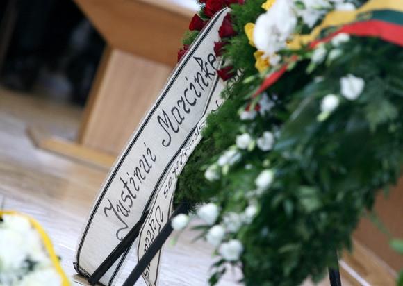 Šalies vadovai atsisveikino su poetu J.Marcinkevičiumi