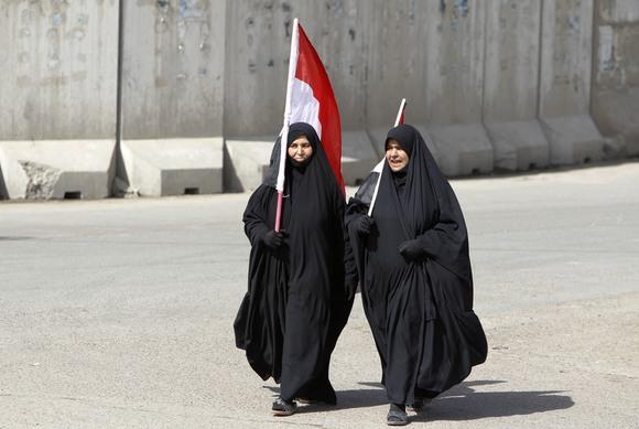 Moterys su Irako vėliava